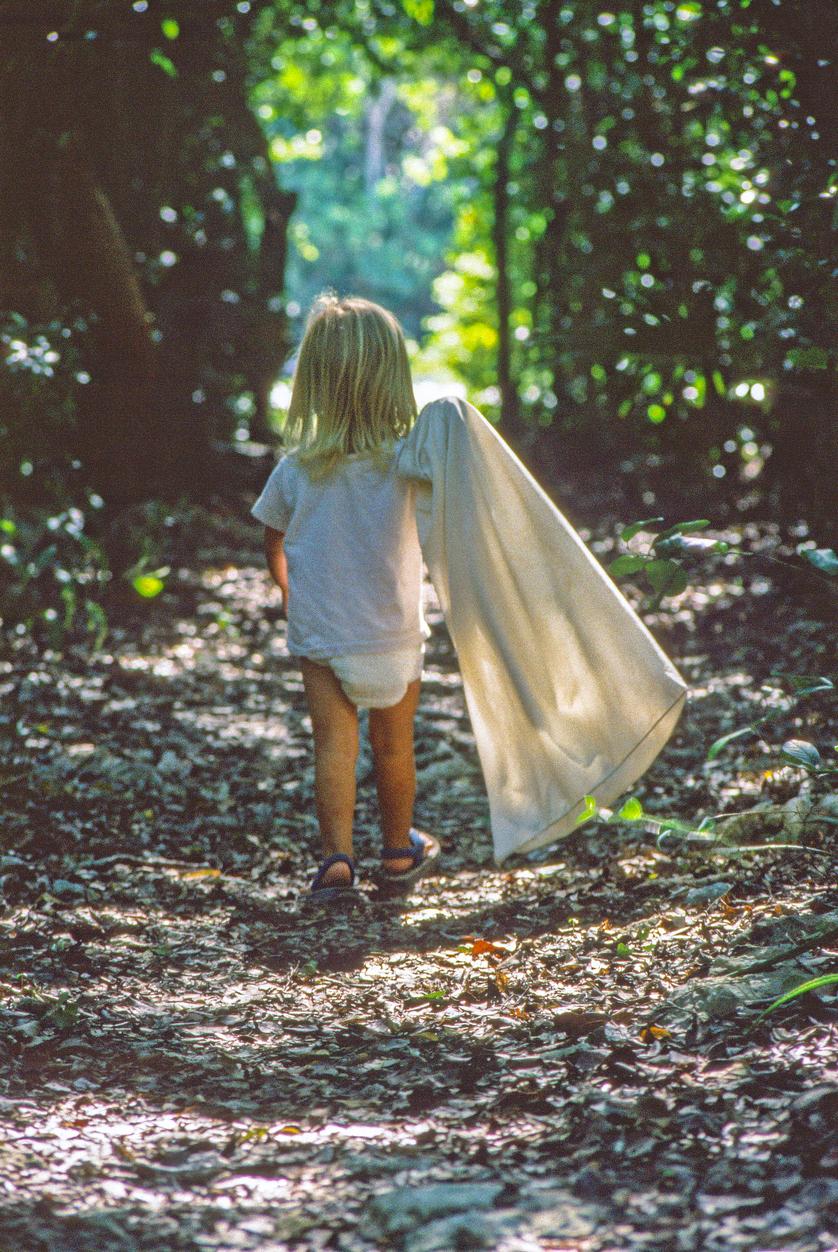 Lapsuus oli sitä, että paineltiin housutta metsään ja äiti huusi aikanaan syömään.