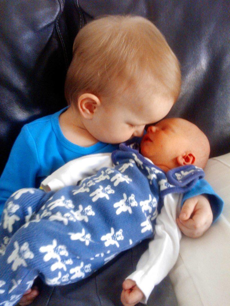 Samuel, 2,5, ja vastasyntynyt pikkuveli Joel.