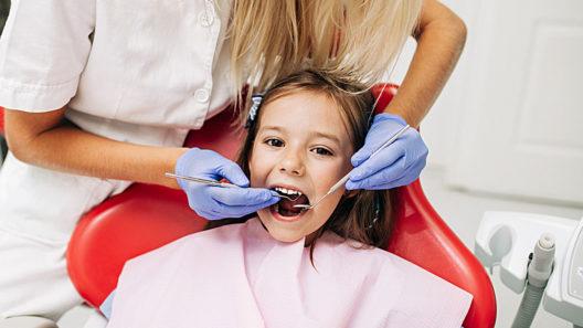 Värjäytymä lapsen suussa voi johtua yhdestä ainoasta bakteerista.
