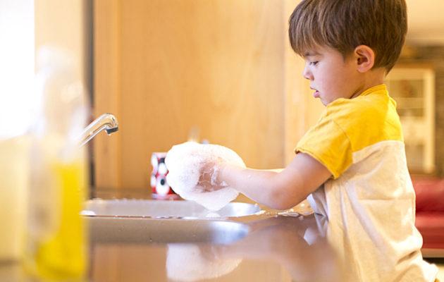 Tasa-arvoinen kasvatus vaatii vanhemmalta omien ennakkoluulojen kyseenalaistamista.