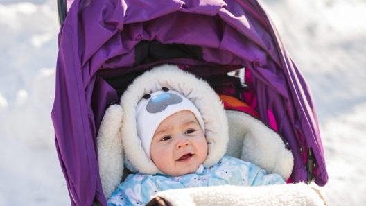 Vauvan pukeminen pakkasella: kerrospukeutuminen kannattaa.