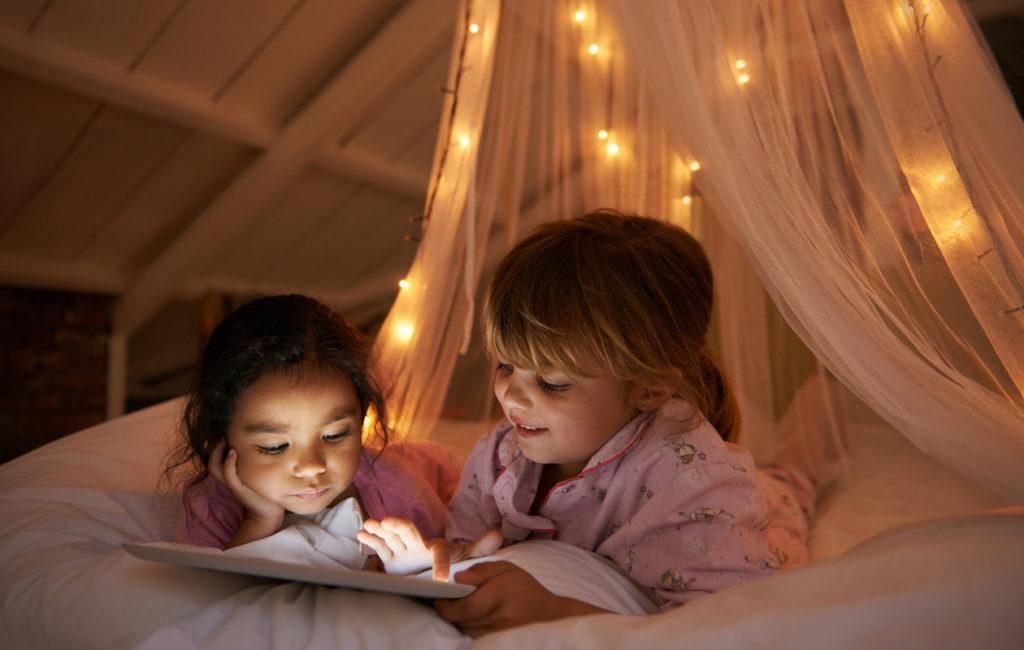 Lapsi kaverille yökylään: Tutut rutiinit rauhoittavat ilta-aikaa.