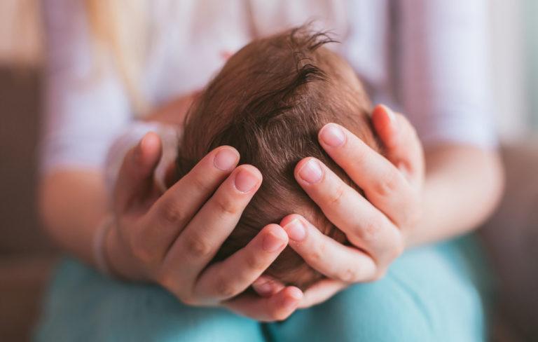 Miksi vauvalta lähtee hiukset?