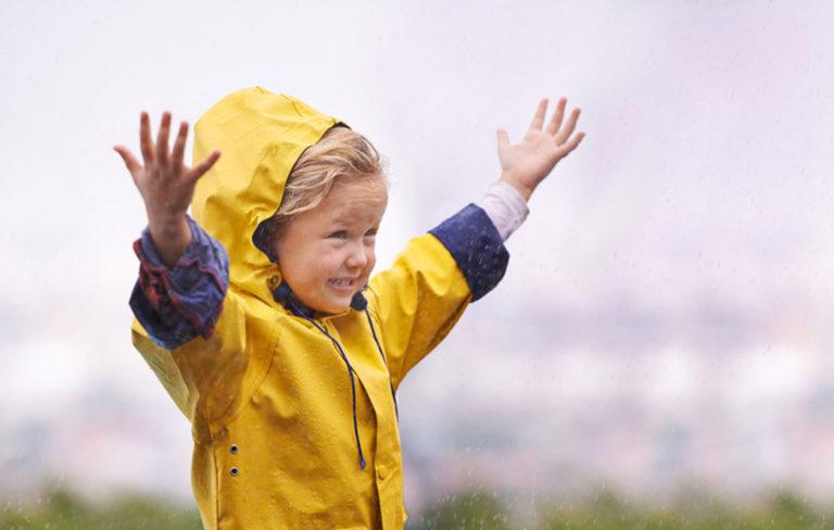 Lapsi sateessa