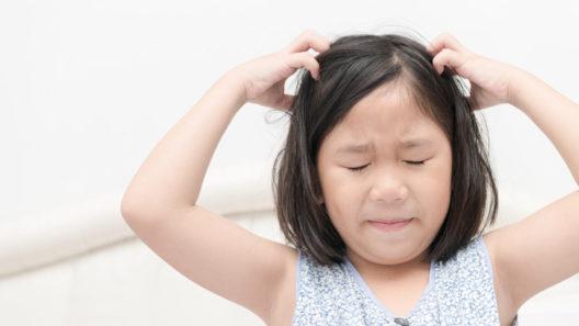 Lapsen päätä kutittaa