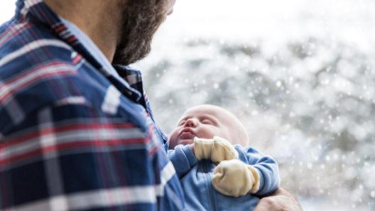 Vauva isän sylissä
