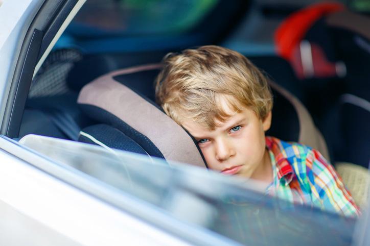 Poika autossa
