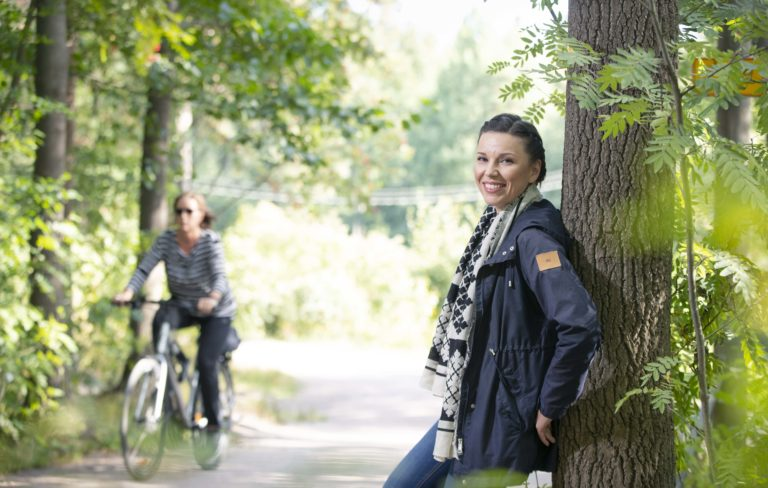 Liisa Rintaniemi metsässä.