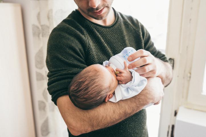 Isä, vauva ja tuttipullo