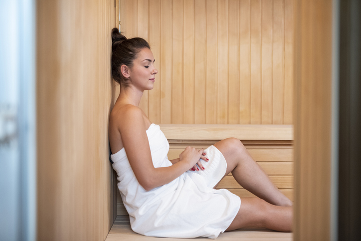 Nainen yksin saunassa