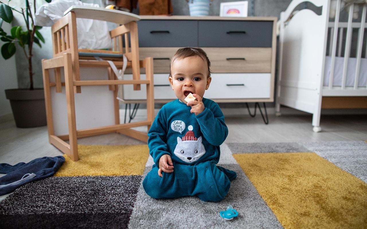 Vauvan kehitys 9kk – pikkuinen seisoskelee mielellään polvillaan.