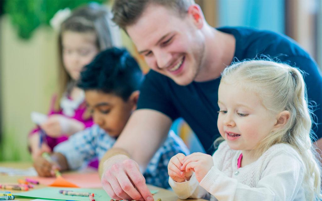 Päiväkodin aloitus sujuu usein paremmin, jos lapsi ehtii tutustua päiväkotiin etukäteen.