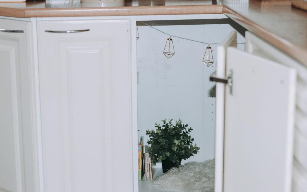 Roosa Blom rakensi majan keittiön kulmakaappiin.