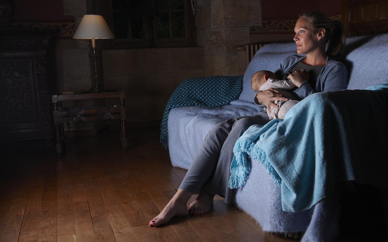 Tekemistä äitiyslomalle? Nainen katsoo imettäessä televisiota