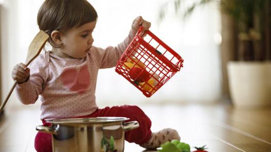 Yksivuotiaat tykkäävät leikkiä usein kaikenlaisilla keittiövälineillä.