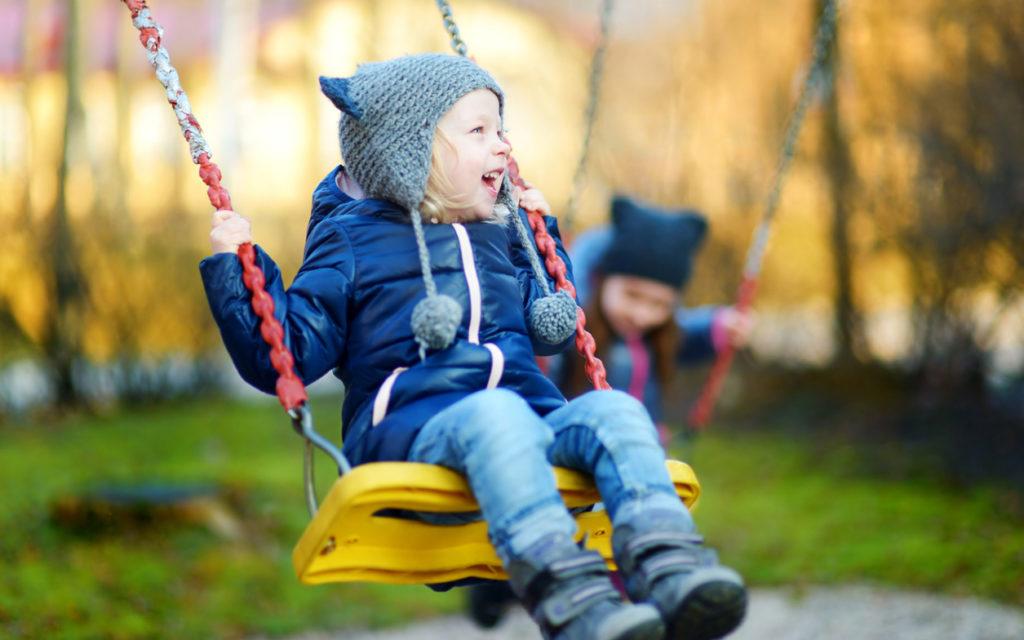 Kesäaikaan siirtyminen on helpompaa, kun lasta aktivoi päivällä.