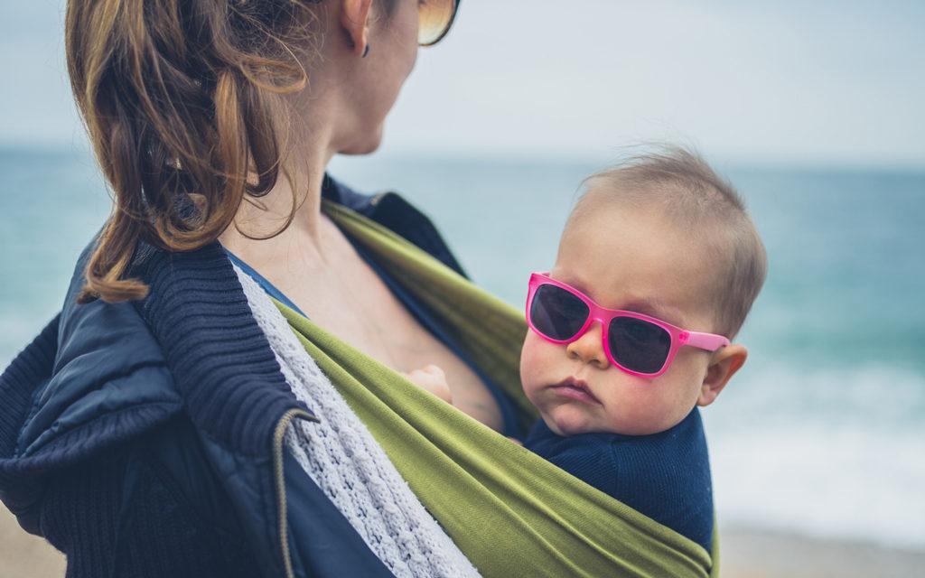 Jos vauva ei suostu pitämään aurinkolaseja, kannattaa olla sinnikäs.