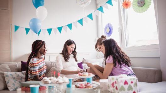 Baby shower -juhlilla on kiva olla yhteistä ohjelmaa.
