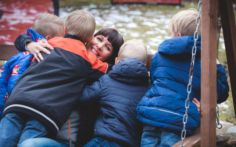 Erkkilöiden kuusihenkisen perheen arkeen kuuluu paljon yhdessäoloa ja naurua.