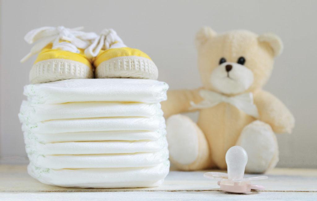 Vaippakakku sisältää usein pieniä lahjoja vauvalle.