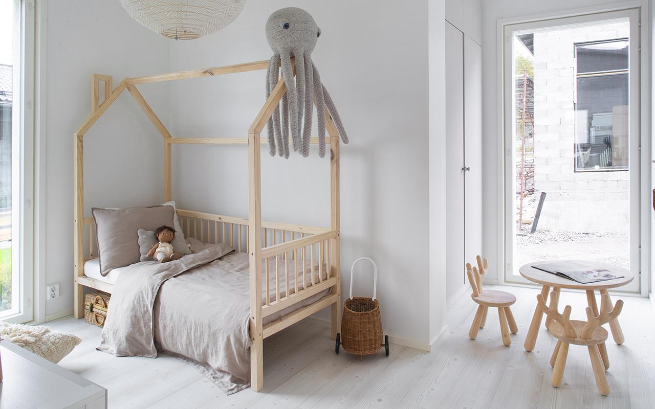 Kastellin Kuori-talon lastenhuone on kuin neutraali tila, jonka leikit voivat vallata.