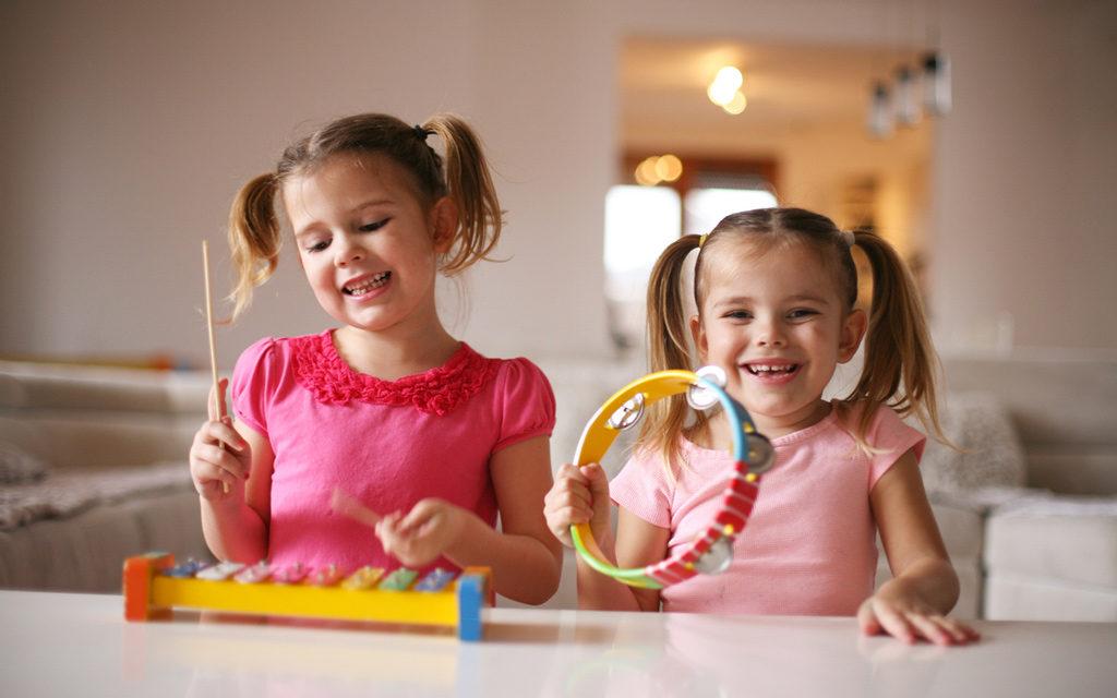 Luovuutta kehittäviä leikkejä 3-vuotiaalle ovat musiikkileikit.