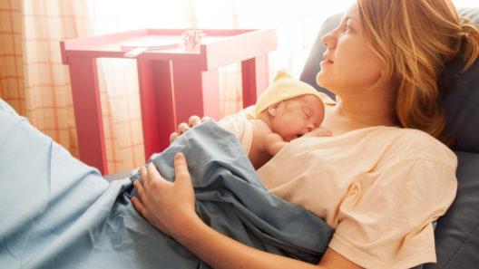 Synnytyssairaaloissa ei välttämättä ehditä auttaa äitejä tarpeeksi imetyksen kanssa.