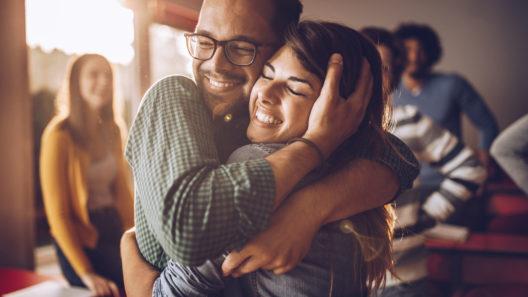Rakkauden kieli on lässyttäminen, ja se ruokkii syvää parisuhdetta, sanoo tiedekin.