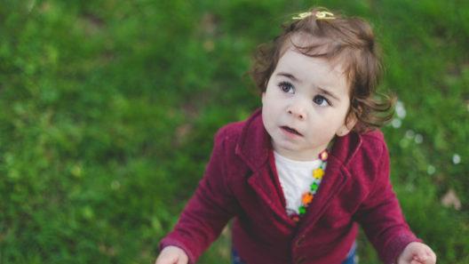 3-vuotias ihmettelee maailmaa kyltymättömän tiedonjanoisena.
