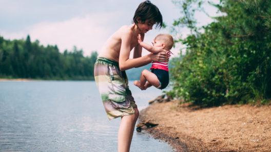 Vauva voi uida ja kylpeä järvivedessä, jos vesi on puhdasta.