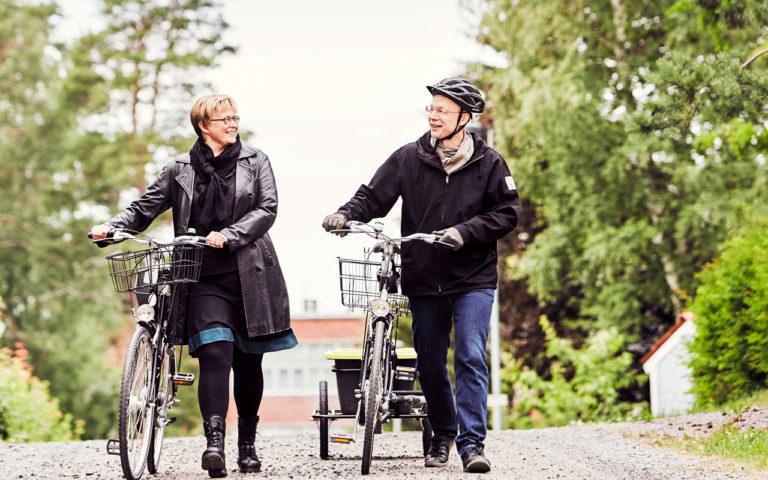 Aino Havukainen ja Sami Toivonen tekevät kauppareissuja myös pyörällä.