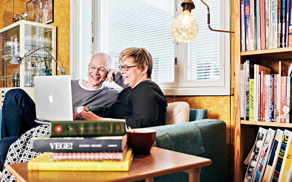 Aino Havukainen ja Sami Toivonen kirjoittavat Tatu ja Patu -kirjoja kotonaan Sastamalassa.