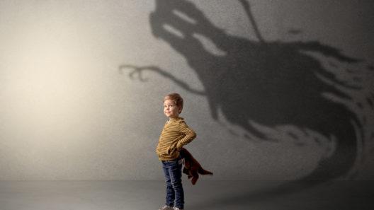 Lapsen pelko voi helpottua muutamalla konstilla.