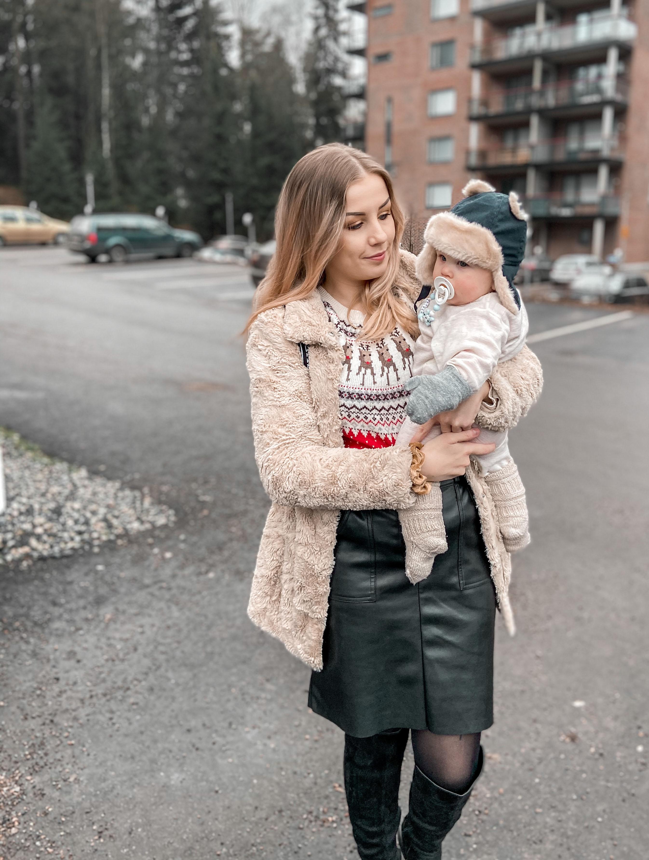 Niina on mennyt opiskelemaan luennoille vauva mukana.