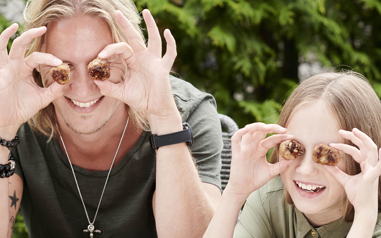 Sami Kurosen tytär Oona hassuttelemassa isänsä kanssa lihapullat silmillä.