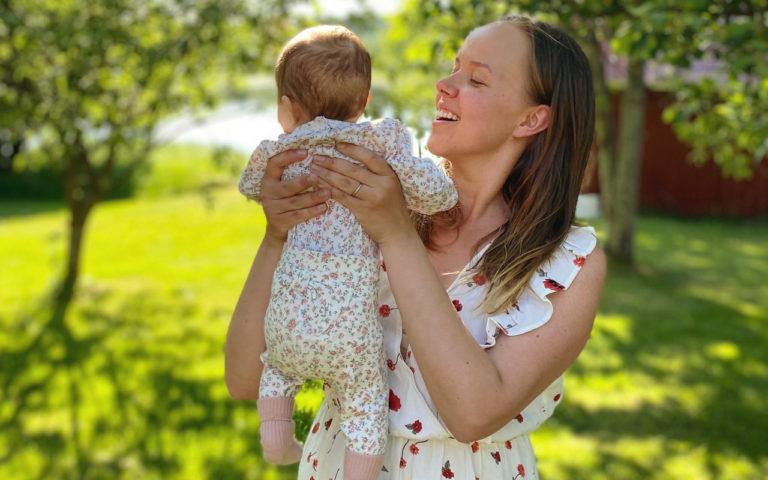 """""""Olimme myyneet Mimosan syntymän jälkeen lähes kaikki vauvanvaatteet ja tarvikkeet pois. Nyt on ollut ihanaa saada taas fiilistellä niitä"""", Sara Parikka kertoo."""