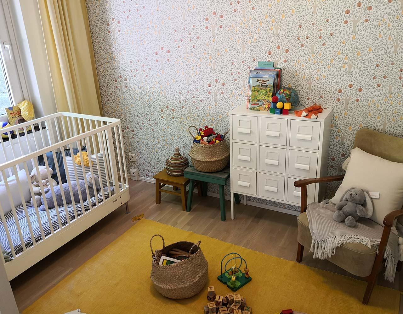 Adoptioneuvonta on vienut Tiian ja Rikun kohti adoptiota. Kuvan pinnasänky ja hempeästi sisustettu huone odottavat uutta perheenjäsentä.