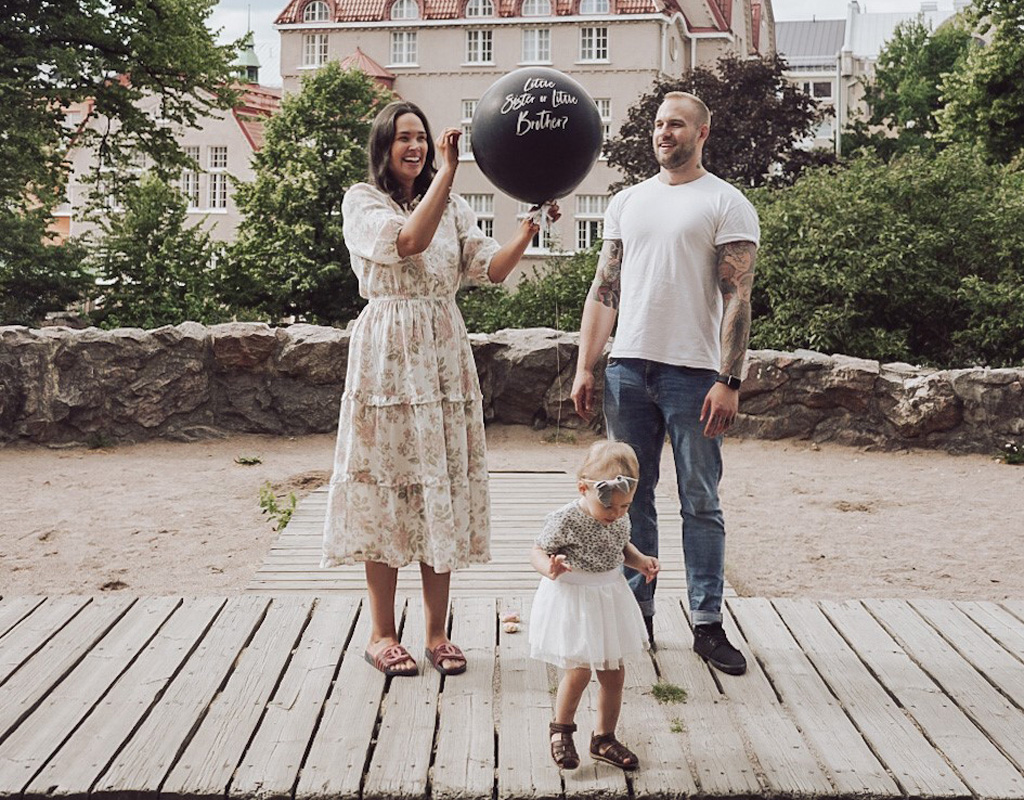 Lotta Salonen ja hänen puolisonsa Joonas järjestivät genger reveal -juhlat sekä odottaessaan esikoistaan että toista lastaan.