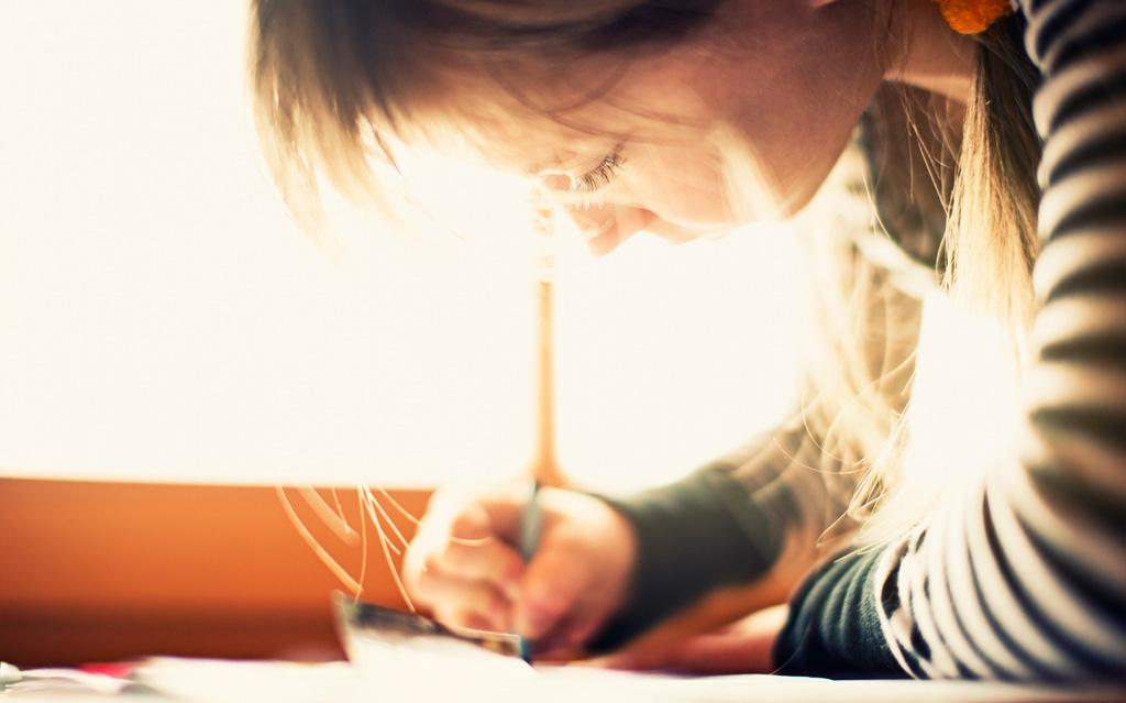 Erityislapsen vanhemmat auttavat tytärtään muun muassa läksyjen teossa.