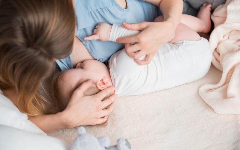 Moni äiti saattaa imettäessä keskittyä siihen, että vauvalla on hyvä olla, ja oma ergonomia unohtuu.