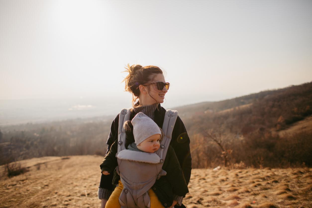 Vauva luontoretkellä äidin kanssa.