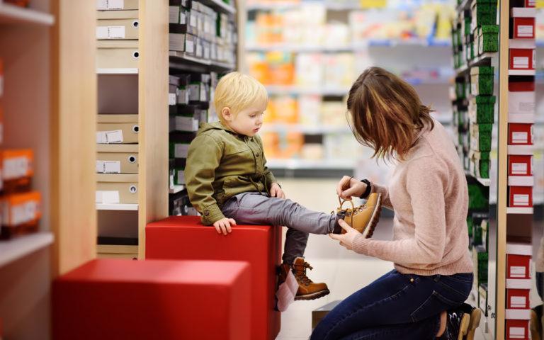 Suositusten mukaiset kengät ovat paras valinta lapselle, mutta joskus suosituksista voi joutua olosuhteiden vuoksi joustamaan.