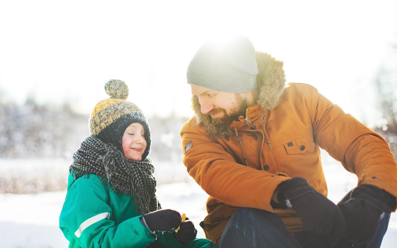 Hiihtämään lapsen kanssa kannattaa varustautua hyvällä mielellä ja eväillä.