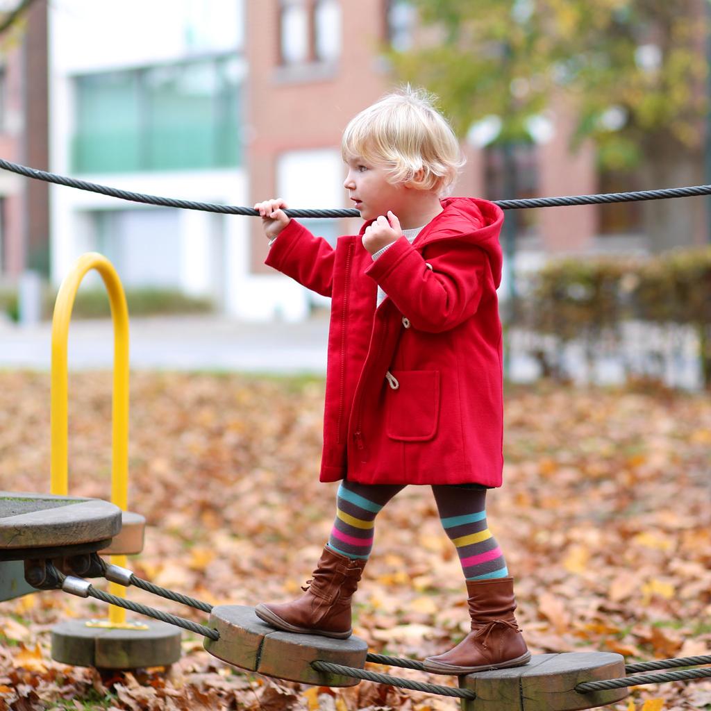 Leikkipuiston telineissä voi harvoin tapahtua mitään aidosti vaarallista, näkee liikuntatieteen tohtori.