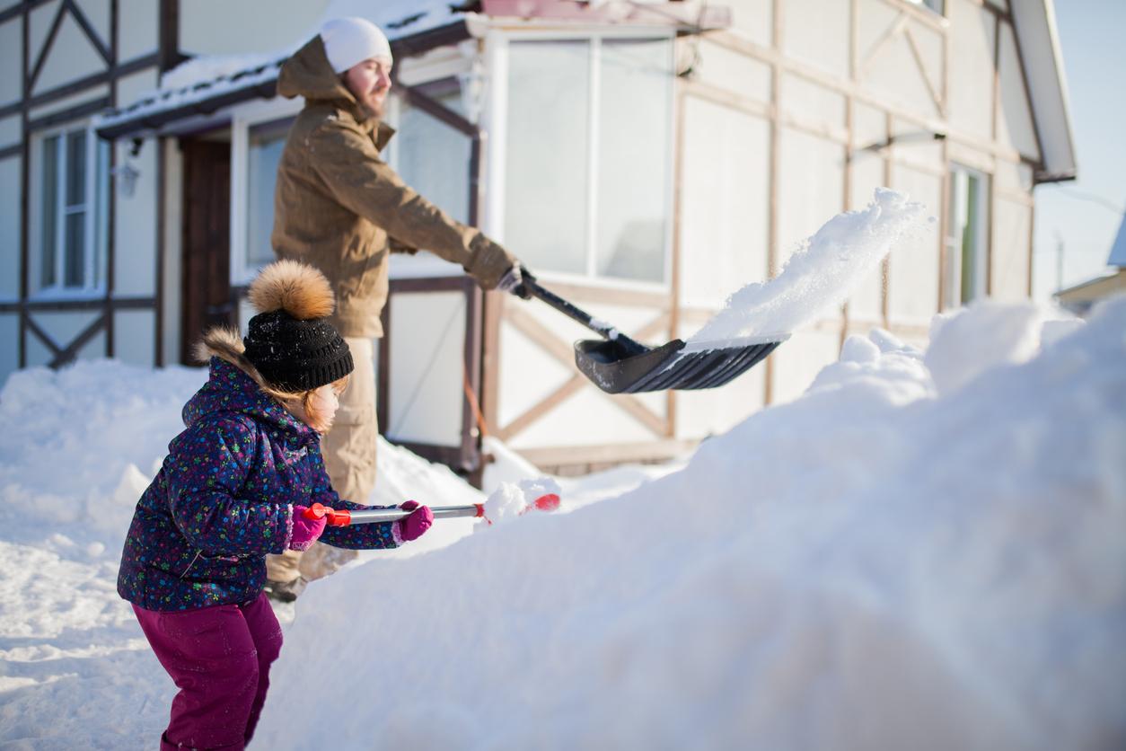 Tekemistä ulkona: Mäenlasku tuntuu erityisen mahtavalta, kun on itse kasannut lumivuorensa.