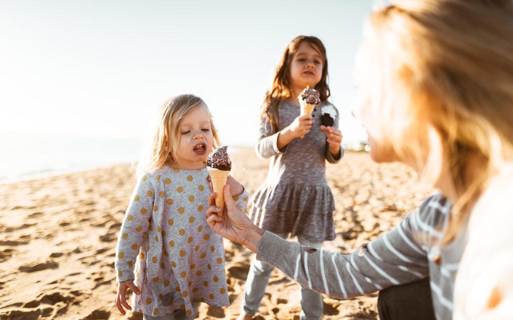 Moni vanhempi antaa nuoremmalle lapselle sokeria sisältäviä ruokia aiemmin kuin esikoiselle.