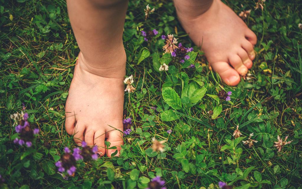 Suositusten mukaiset kengät lapselle ovat paras vaihtoehto jalkojen terveyden kannalta.