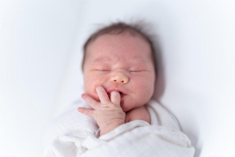 Tiheän imun kausi voi liittyä vauvalla sekä rinta- että pulloruokintaan.