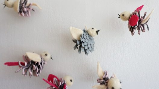 Kävyistä askarreltuja lintuja