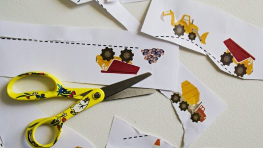 sakset harjoitus lapsi leikkaaminen